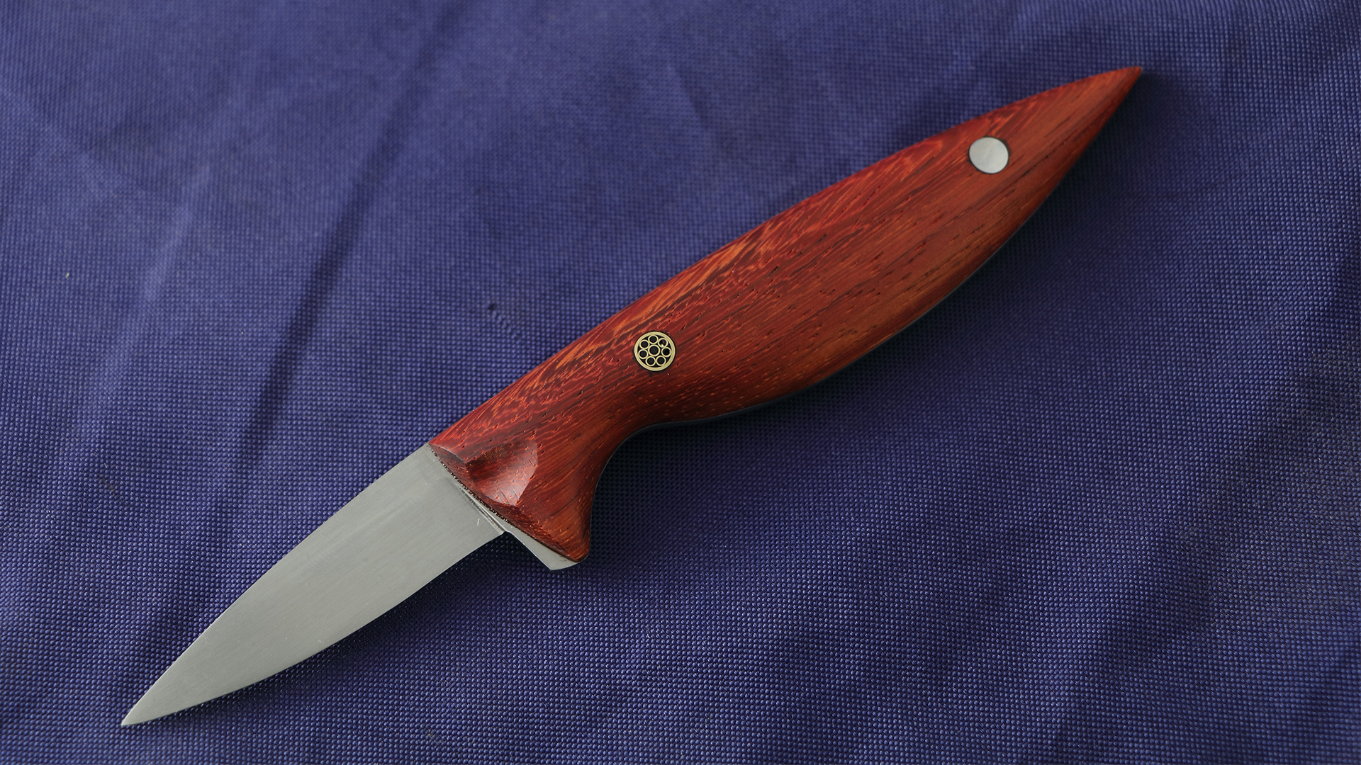 Paduk wood is used as handle material on the ''Original'' oyster knife.